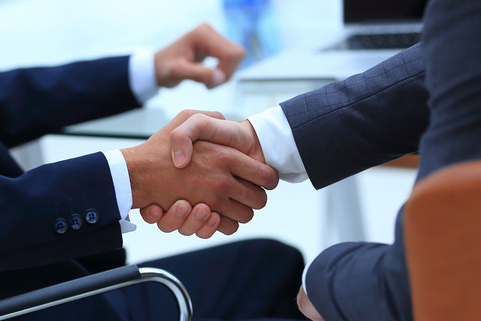 Geschäftsleute schütteln Hände