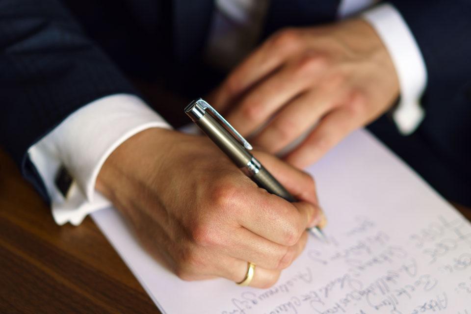 Nahaufnahme beim Notizen schreiben