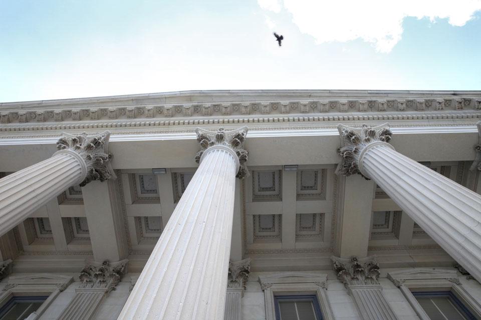 Säulen vor Gerichtsgebäude